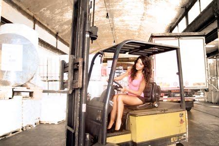 Magazzino ADR Agenzia24 - Elisa Patti posa sul muletto